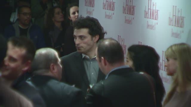 vídeos de stock, filmes e b-roll de rufus sewell at the 'the holiday' premiere at ziegfeld theatre in new york new york on november 29 2006 - o amor não tira férias título de filme