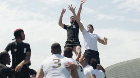 ラグビーはコミットメントとチームワークのゲームです - スポーツ ラグビー点の映像素材/bロール