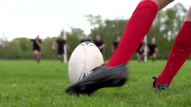 vídeos y material grabado en eventos de stock de rugby inicio de la conversión de los postes (cierre)-super cámara lenta - patadas