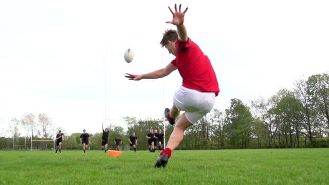 vídeos y material grabado en eventos de stock de rugby kick conversión a través de los postes-super cámara lenta - rugby