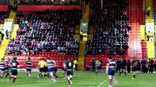 vídeos y material grabado en eventos de stock de uk rugby match in stadium with large crowd at night no - noreste de inglaterra