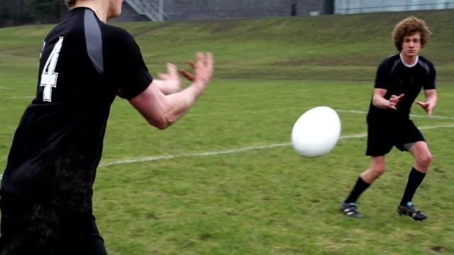 Rugby-Pass für Spieler während des Spiels