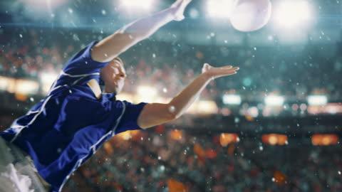 vídeos de stock e filmes b-roll de rugby player jumps with a ball - râguebi desporto