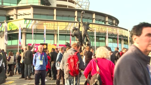 Rugby World Cup 2015 Final Fans arrive for Australia v New Zealand match ENGLAND London Twickenham EXT New Zealand fan having her face painted /...
