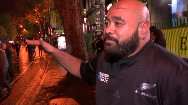 rugby world cup 2015: new zealand beat south africa in semi-final; night new zealand fans celebrating outside stadium vox pops new zealand fans sot... - リチャード・パロット点の映像素材/bロール