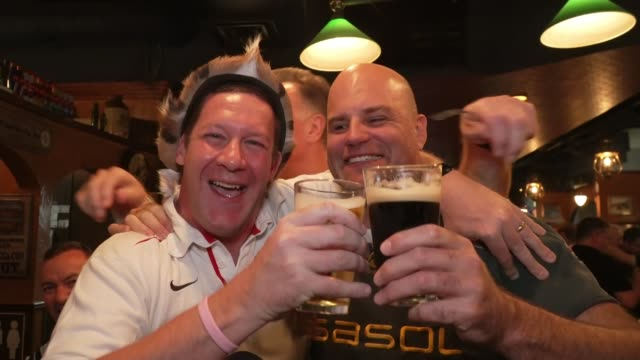 vidéos et rushes de fans prepare for england v south africa final; japan: tokyo: int england and south africa rugby fans hugging and raising glasses of beer to camera in... - demi finale