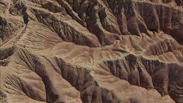 vídeos de stock e filmes b-roll de rugged badlands characterize a california desert. - terreno erodido