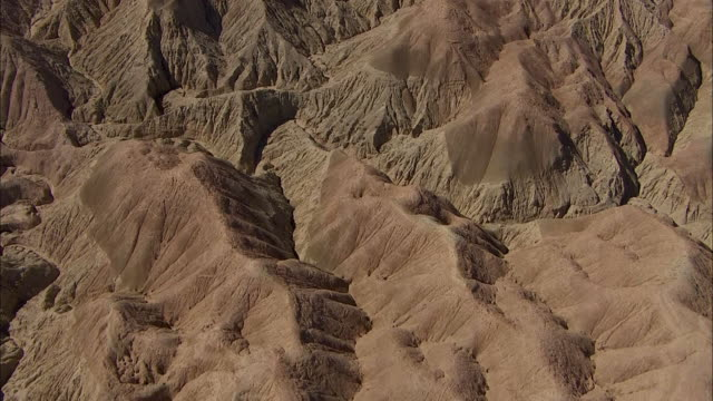 vídeos de stock e filmes b-roll de rugged badlands comprise a california desert. - terreno erodido