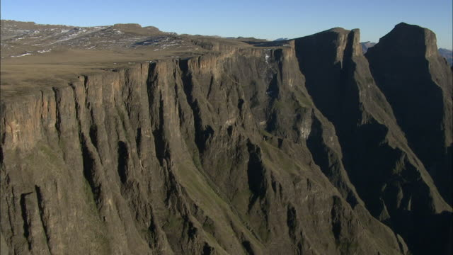 rugged drakensberg mountain peaks. available in hd - drakensberg mountain range stock videos & royalty-free footage