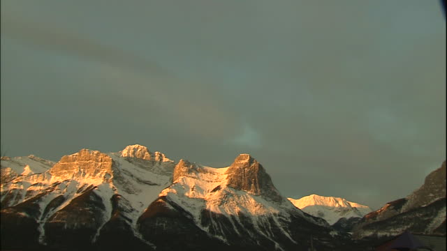 vidéos et rushes de rugged faces of mountain ranges in morning glow, canadian rocky mountains park, canada - paroi rocheuse