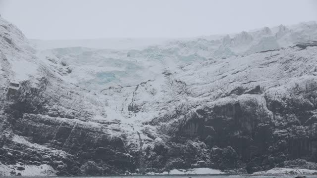 vidéos et rushes de rugged mountainous scenery in drygalski fjord on the south east tip of south georgia, in the southern ocean. - île de la géorgie du sud