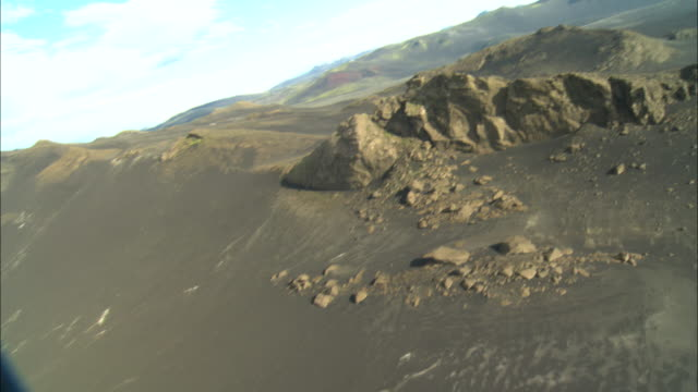 vídeos de stock e filmes b-roll de rugged mountains characterize a vast landscape in iceland. - terreno inóspito