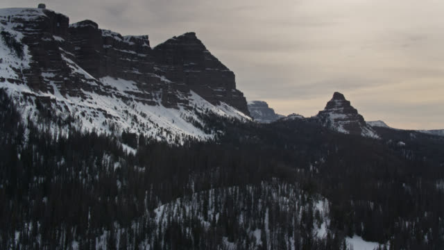 robuste gipfel in teton range im winter - drohne - grand teton stock-videos und b-roll-filmmaterial