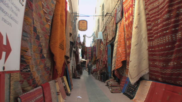 vidéos et rushes de ws rugs on display in medina, essaouira, morocco - moquette