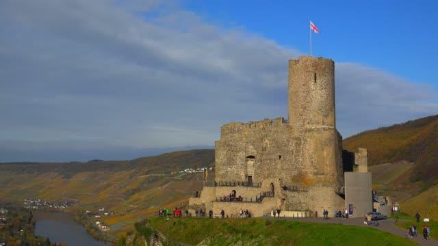 vídeos de stock, filmes e b-roll de ruin of landshut castle above bernkastel-kues, moselle valley, rhineland-palatinate, germany, europe - castelo