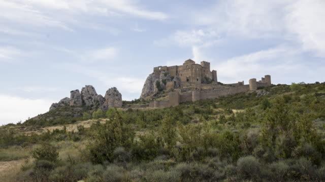 ruin of the castle in a hillside - pueblo bonito stock videos & royalty-free footage