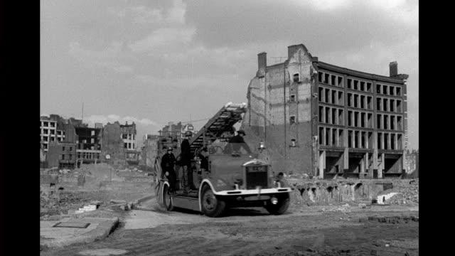vídeos y material grabado en eventos de stock de ruined, bombed out buildings, fire engine stops on barren street. ruined, bombed out buildings, fire engine on september 09, 1943 in london - bombardeo de londres