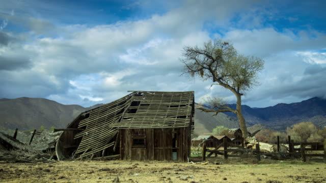 vídeos y material grabado en eventos de stock de ruined buildings in desert - time lapse - ciudad muerta