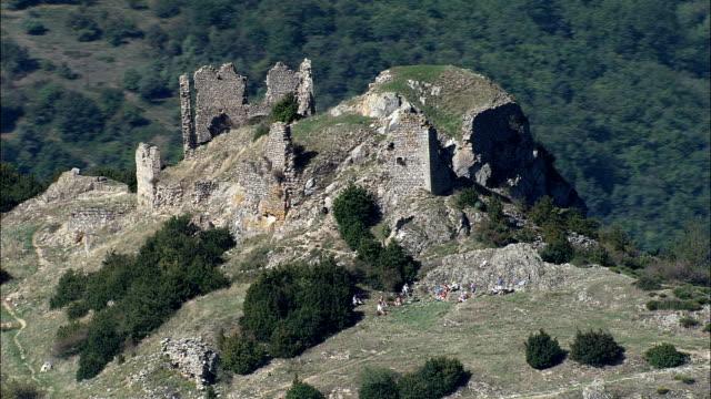vídeos de stock, filmes e b-roll de cabana arruinada castelo de pierre-vista aérea-gourde do ródano-alpes, ardèche, arrondissement de privas, frança - rhône alpes