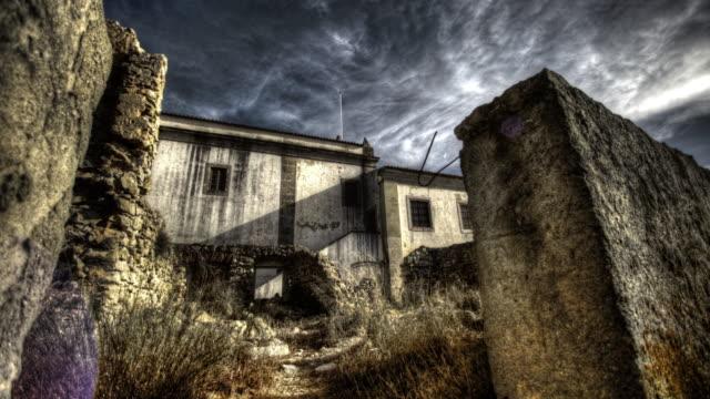 vidéos et rushes de pierre château en ruine situé sur le rocher - château