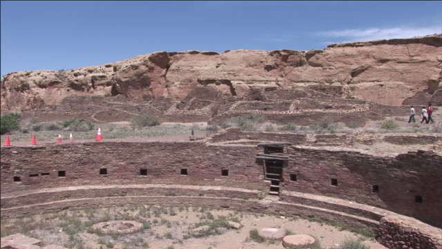 vídeos de stock, filmes e b-roll de ruins at chaco culture national historical park feature the great kiva of chetro ketl. - anasazi
