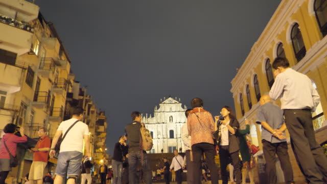 vídeos de stock, filmes e b-roll de ruínas igreja da igreja de são paulo na cidade de macau china à noite - religião