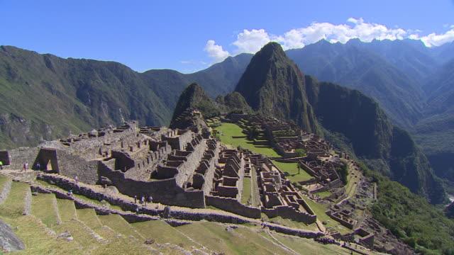ruins cover the mountain ridge of machu picchu. - マチュピチュ点の映像素材/bロール