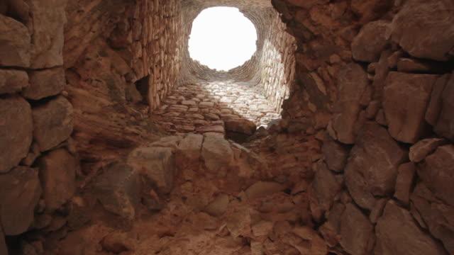 vídeos y material grabado en eventos de stock de w/s ruins medieval castle of otiñar from inside. - castillo estructura de edificio