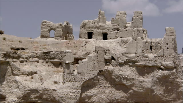 ws ruins of abandoned village, iran - felswand stock-videos und b-roll-filmmaterial