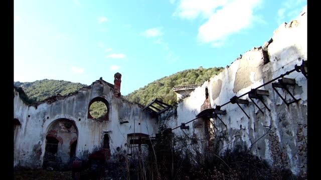 rovine del vecchio villaggio minerario - in rovina video stock e b–roll