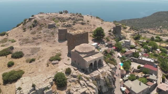 stockvideo's en b-roll-footage met ruïnes van de oude assos - nationaal monument beroemde plaats