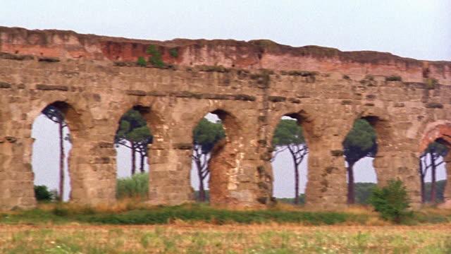 vídeos y material grabado en eventos de stock de pan ruins of ancient roman aqueduct / italy - ruina antigua