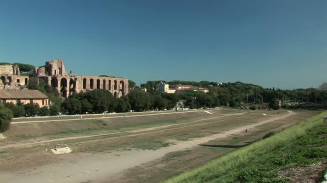 stockvideo's en b-roll-footage met pan ruins of circus maximus / rome, lazio, italy - breedbeeldformaat