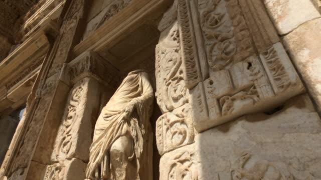 vídeos de stock, filmes e b-roll de ruínas de éfeso, izmir, turquia - ruína antiga