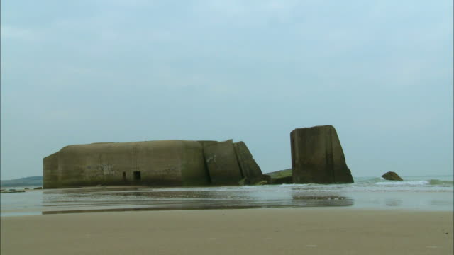 stockvideo's en b-roll-footage met ms, ruins of german bunker on beach, escalles, pas-de-calais, france - tweede wereldoorlog