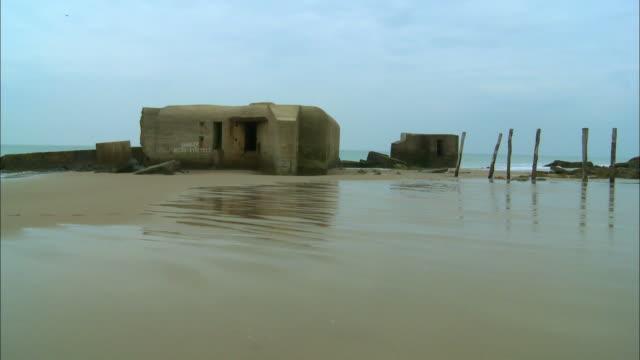 vídeos y material grabado en eventos de stock de ms, ruins of german bunker on beach, escalles, pas-de-calais, france - refugio contra bombas