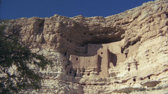 vídeos y material grabado en eventos de stock de ms zi ruins of indian cliff dwellers / india - vivienda en roca