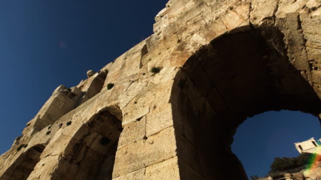 vídeos y material grabado en eventos de stock de ruins of odeon of herodes atticus in athens - arco característica arquitectónica