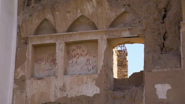 vídeos de stock e filmes b-roll de ruins of old buildings - exposto ao ar