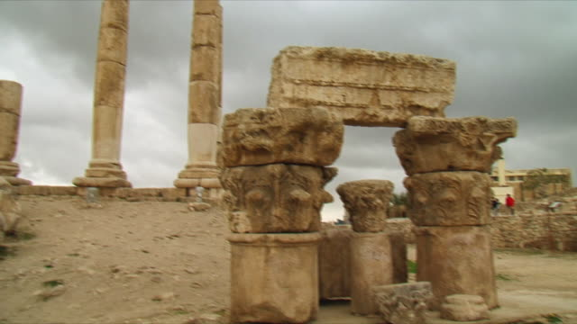 ws pan ruins of temple of hercules on amman citadel, national historic site at amman / jordan - architrav stock-videos und b-roll-filmmaterial