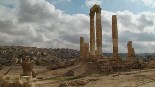 ws ruins of temple of hercules on amman citadel, national historic site at amman / jordan - architrav stock-videos und b-roll-filmmaterial
