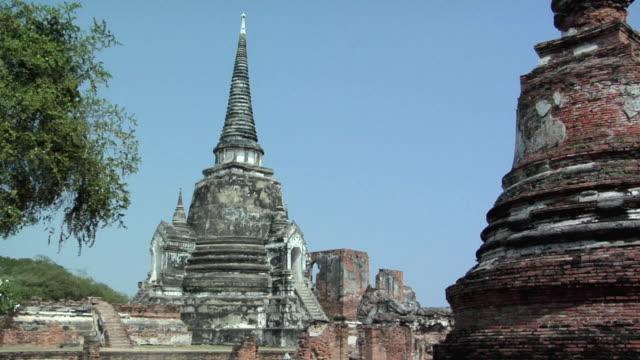 ws ruins of temple wat phra si sanphet / ayutthaya, thailand - アユタヤ県点の映像素材/bロール