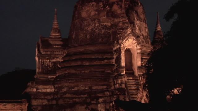 ws zo ruins of temple wat phra si sanphet / ayutthaya, thailand - アユタヤ県点の映像素材/bロール