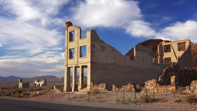ruins of the rhyolite ghost town bank near death valley - 老朽化点の映像素材/bロール