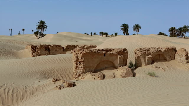 rovine di zaafrane un villaggio inghiottito dal sands - tunisia video stock e b–roll
