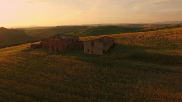 空から見た遺跡、丘の上の夕日