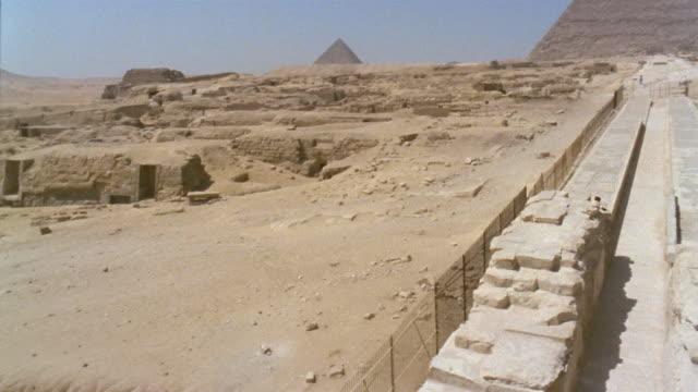 ha ws pan ruins/ ws sphinx with great pyramid in background/ giza, egypt - ピラミッド点の映像素材/bロール