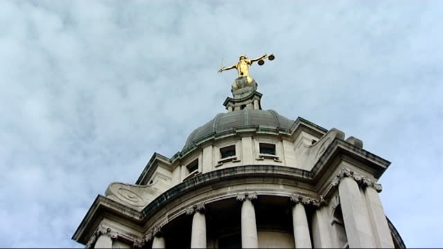ruling against anonymous witnesses halts murder trial low angle scales of justice statue on old bailey - オールドベイリー点の映像素材/bロール