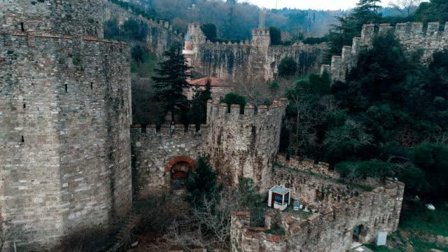 vidéos et rushes de forteresse de rumeli hisarı - istanbul vue aérienne - colonne architecturale