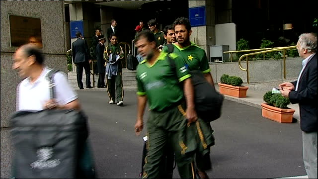 rumours that pakistan manager to resign; england: london: royal garden hotel: ext pakistan cricketers along from hotel with luggage and boarding team... - クリケット選手点の映像素材/bロール